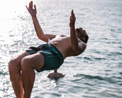 En playas y piscinas, evita saltos imprudentes